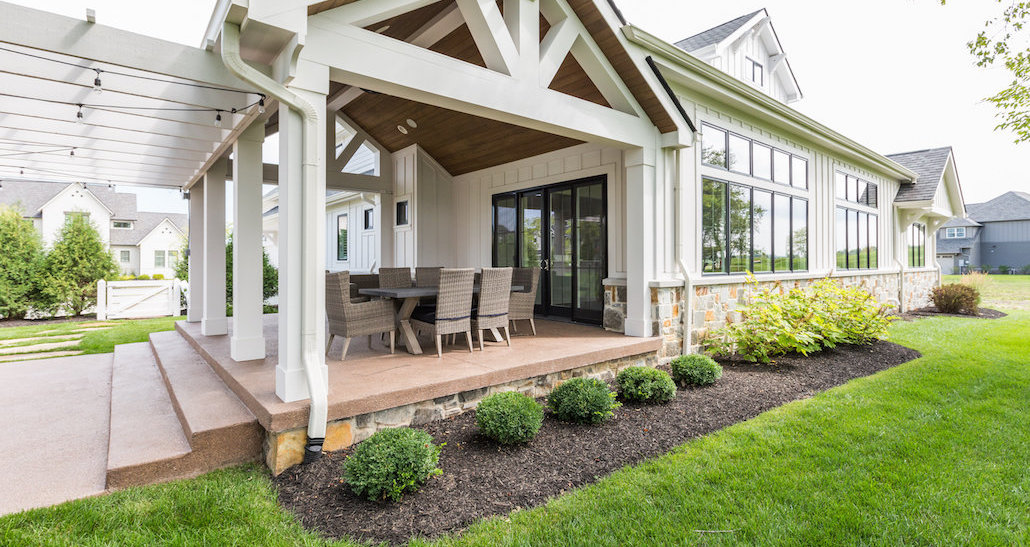 Outdoor eating area with mulched side yard and greenery | Hittle Landscaping